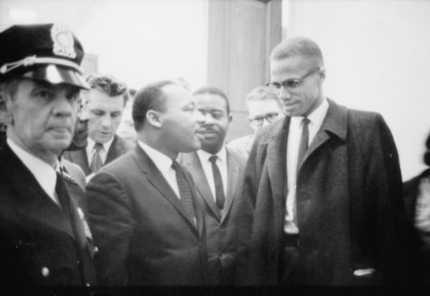 No Known Restrictions: Martin Luther King and Malcolm X Waiting for Press Conference by Marion S. Trikosko, March 26, 1964 (LOC) by pingnews.com is marked with CC PDM 1.0